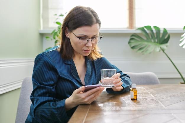 Excité triste femme mature lecture smartphone