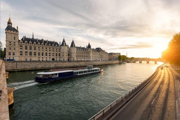 Excursion en bateau sur la seine à paris avec le coucher du soleil. paris, france