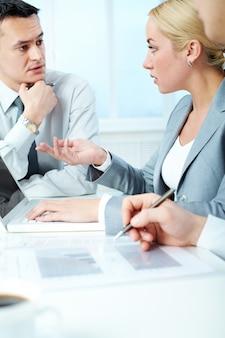 Exécutif femme interagissant avec son coéquipier