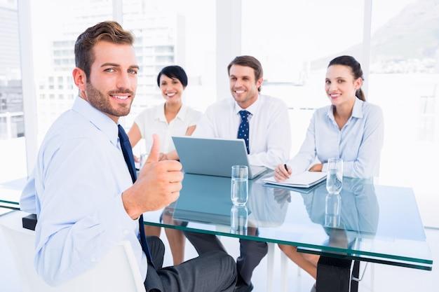 Exécutif, gesticulant, pouces, haut, recruteurs, pendant, entrevue