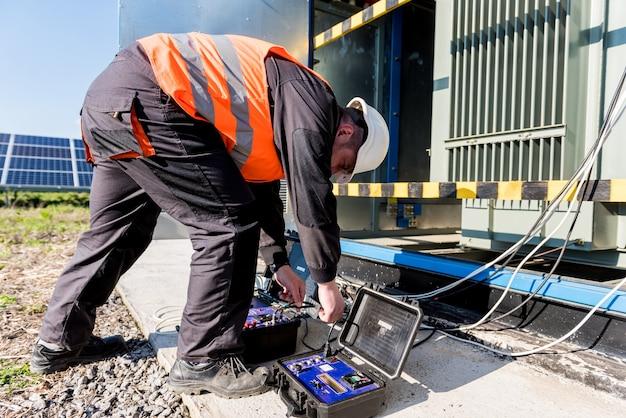 Exécution des travaux de mesure électrique sur le transformateur de puissance