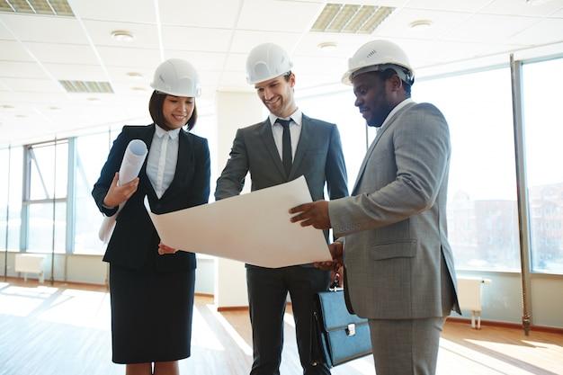 Executives comparant modèle à la construction réelle