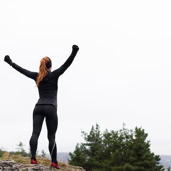 Exercice de course à l'extérieur et étirements