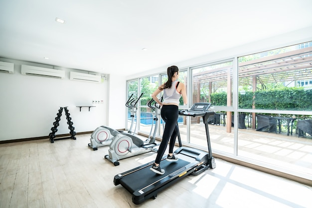 Exercice d'entraînement cardio tapis roulant en cours d'exécution à la salle de fitness