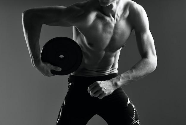 Exercice d'entraînement d'homme de sport fitness musculaire