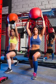 Exercice d'entraînement pour femmes pondeuses au gymnase
