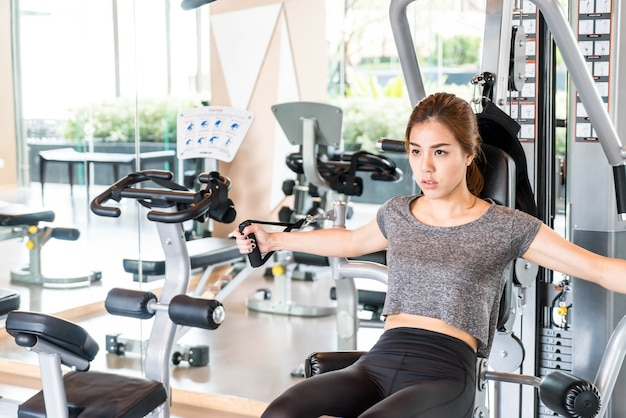 Exercice de femme asiatique dans le gymnase