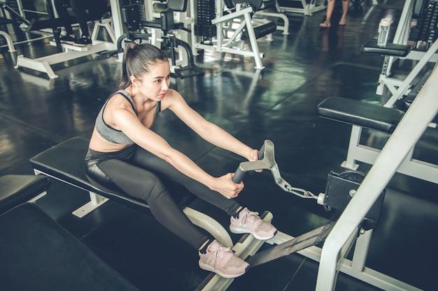 Exercice de femme sexy avec la machine d'exercice.
