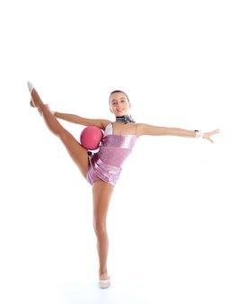 Exercice de gymnastique rythmique enfant fille ballon blanc