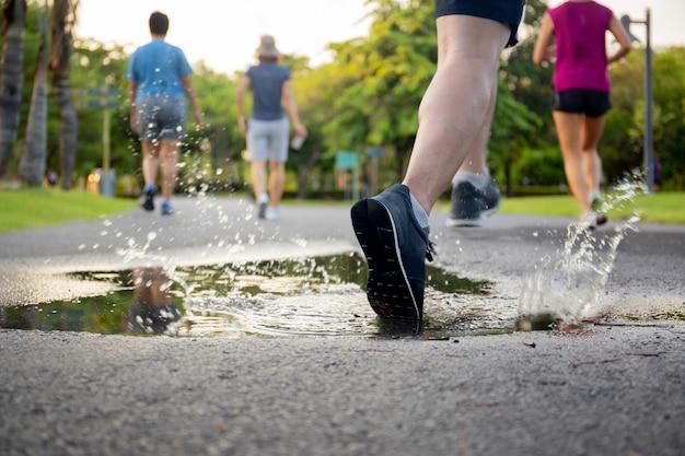 Exercice de l'homme qui traverse la flaque d'eau éclaboussant ses chaussures.