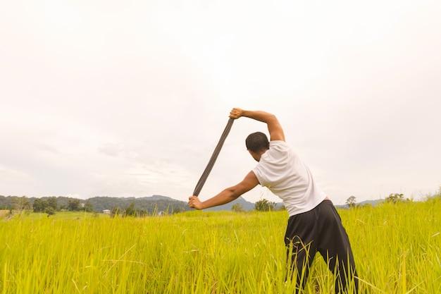 Exercice d'homme avec vue sur le terrain et la montagne.
