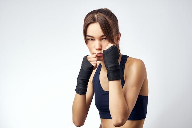 Exercice de kickboxing de rack de bandages de boxe sportive de femme