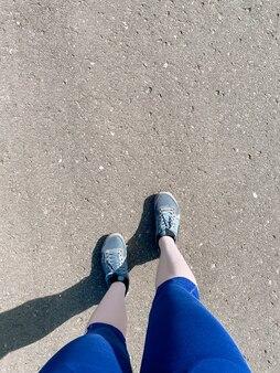 Exercice de marche. gros plan des pieds de la femme marchant sur l'asphalte de la ville