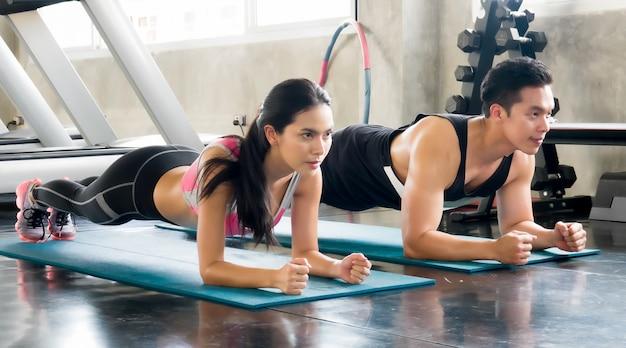 Exercice physique dans une salle de sport