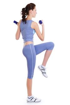 Exercice physique de jolie femme sur blanc