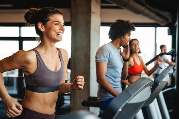 L'exercice de style de vie de gym de sport et le concept de personnes. bonnes personnes en forme qui s'entraînent dans une salle de sport