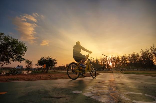 Exercice de vélo route à vélo au coucher du soleil