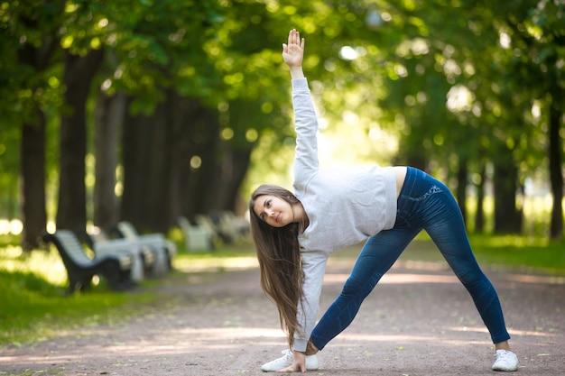 Exercice yogic sur l'allée du parc