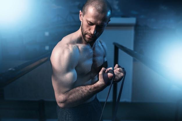 Exercices d'athlète musculaire avec bande élastique