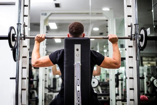 Exercices de bras à faible angle avec des poids
