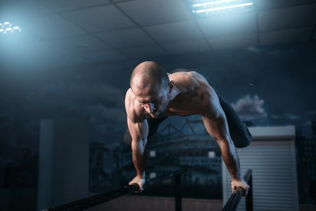 Exercices d'équilibre horizontal sur barres de gymnastique