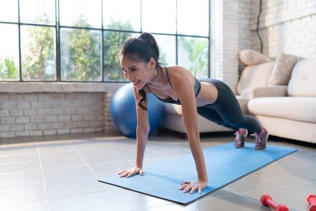 Exercices de femme en bonne santé à la maison