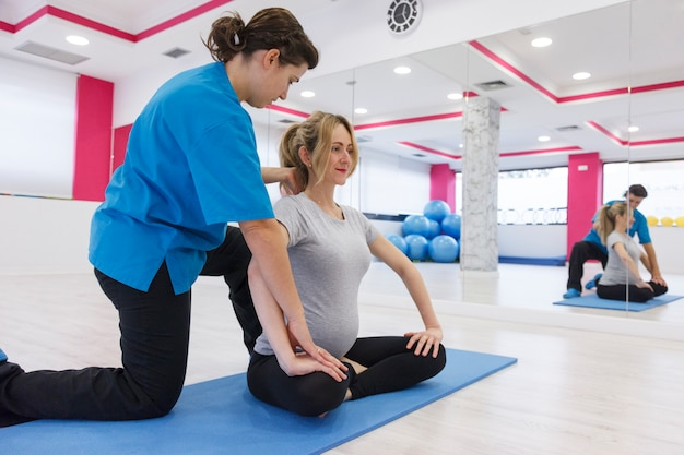Exercices de grossesse avec instructeur pour maman débutante