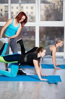 Exercices de kickback à genoux avec l'instructeur