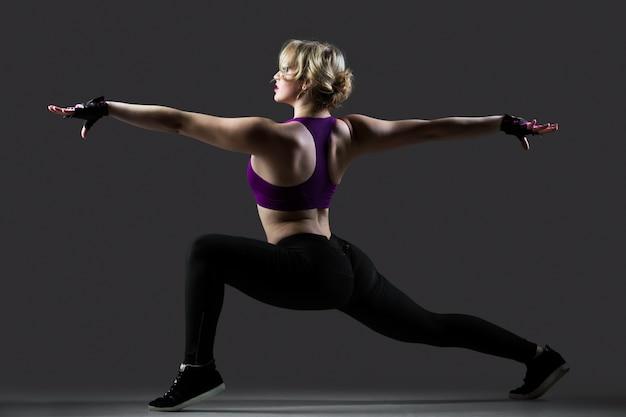Exercices de lunge avec des bras tendus