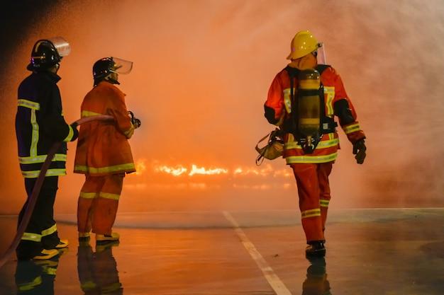 Exercices réalistes de pompiers pour éteindre les incendies et aider les victimes