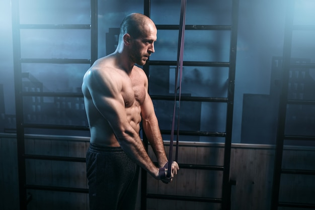 Exercices sportifs forts avec bande élastique.