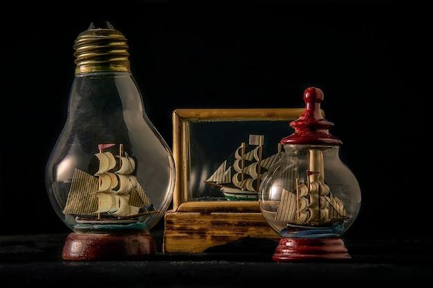 Expédié dans des bouteilles à l'intérieur de vitrines de différentes formes, une nature morte d'objets de décoration vintage.
