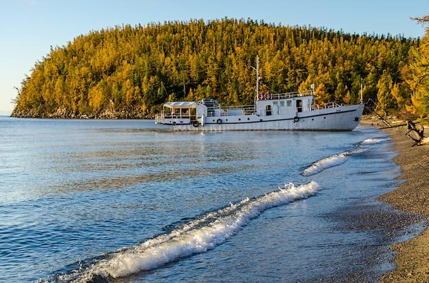 Expédier à l'embarcadère en journée d'automne ensoleillée