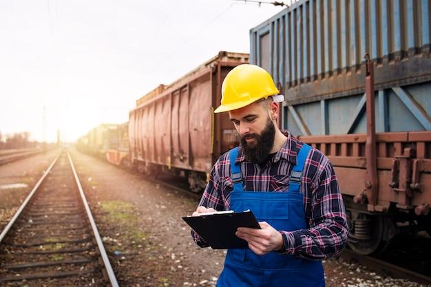 Expédition de conteneurs de fret via le transport ferroviaire de marchandises