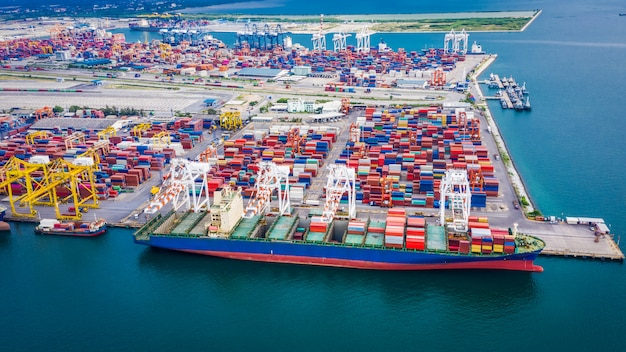 Expédition déchargement du conteneur terminal de fret port sur le transport d'affaires en mer