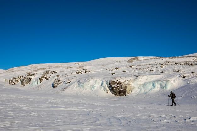 Expédition de ski dans le parc national de dovrefjell, norvège