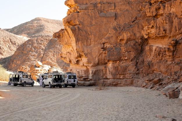 Expédition en voiture suv dans un désert de pierre d'egypte. paysage de montagne avec véhicule tout-terrain.