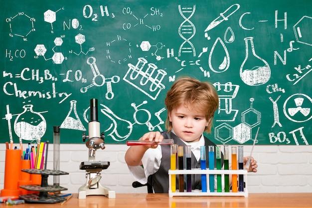 Une expérience de concept d'école de démonstration de chimie de retour à des expériences de biologie scolaire avec microsco...