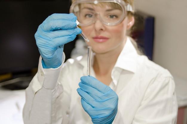 Expérience de test professionnel avec un échantillon de substance dans des tubes de verre