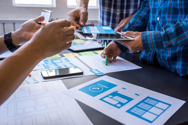 Expérience utilisateur travail d'équipe designers ux / ui mobiles travaillant dans un espace de travail partagé.
