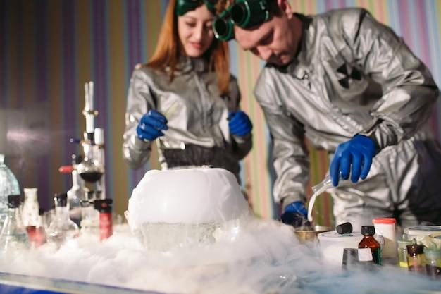 Expériences dans un laboratoire de chimie