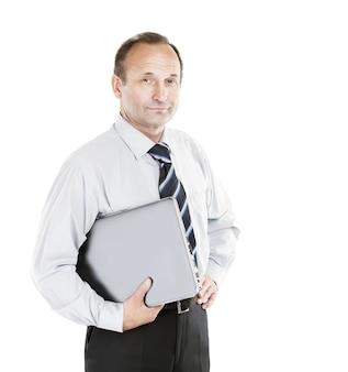 Expert en affaires dans une chemise et une cravate avec un ordinateur portable sous le bras, sur un fond blanc.