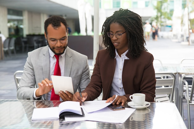 Expert juridique prenant des notes sur le projet de contrat