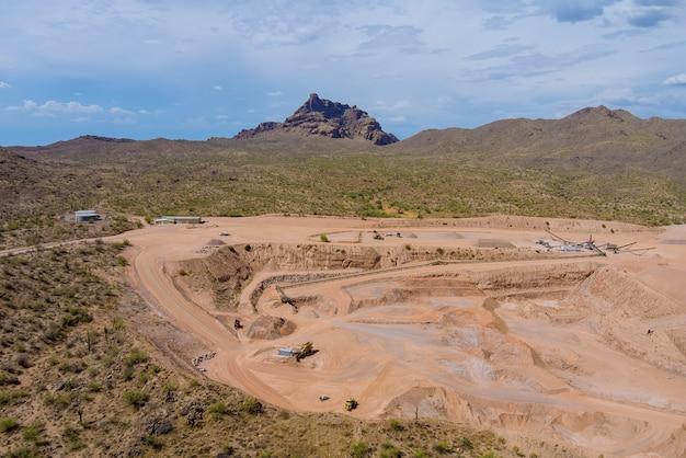 Exploitation de carrières à ciel ouvert dans le désert de l'arizona une exploitation minière à ciel ouvert d'en haut
