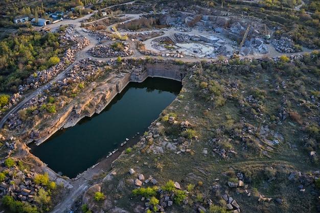 Exploitation minière près d'un petit lac dans la pittoresque ukraine