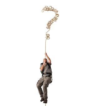 Explorateur accroché à une corde d'interrogatif