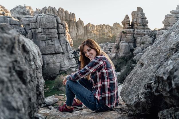 Explorateur de jeune femme randonnée avec les montagnes en arrière-plan. concept d'aventure, d'excursion et de voyages.