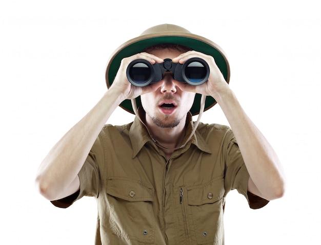 Explorateur surpris regardant à travers des jumelles
