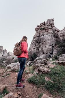 Exploratrice de la jeune femme avec son sac à dos en regardant la montagne. concept d'aventure, d'excursion et de voyages.