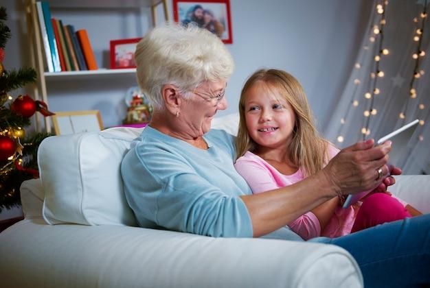 Explorer le monde en ligne avec grand-mère